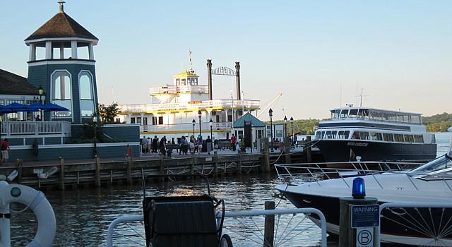 En la marina de Old Town Alexandria se abordan distintos cruceros.