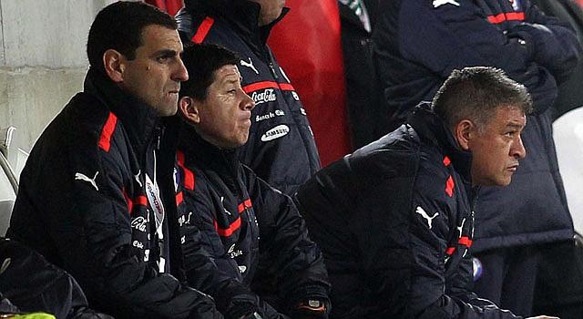 El ex director técnico de la selección de Chile, Claudio Borghi (der.), observa el partido ante Serbia el miércoles 14 en Saint Gallen, Suiza.
