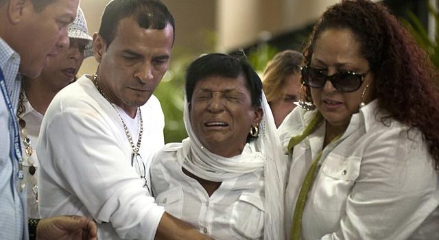 """María Matías (centro), madre de Héctor """"Macho"""" Camacho, llora desconsolada rodeada de familiares y amigos, el martes 27 de noviembre en San Juan."""