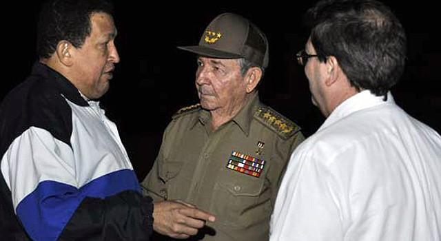 El presidente de Cuba, Raúl Castro (centro), y el canciller cubano, Bruno Rodríguez (der.), conversando con el presidente de Venezuela, Hugo Chávez Frías, el jueves 6 en La Habana al despedirlo antes de regresar a Caracas.