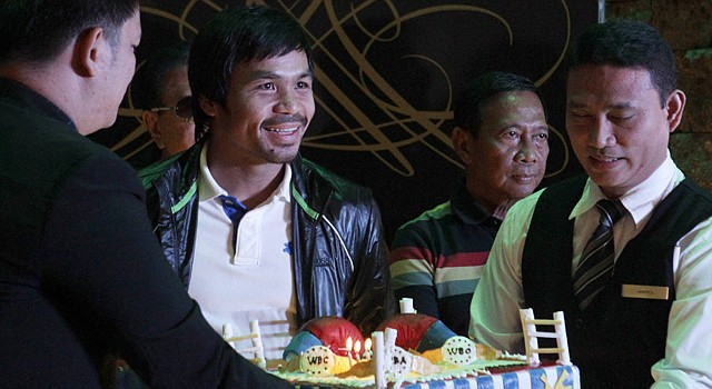 El icono del boxeo filipino, Manny Pacquiao (centro), participa el miércoles 12 en una ceremonia de bienvenida en su honor en Manila, Filipinas.