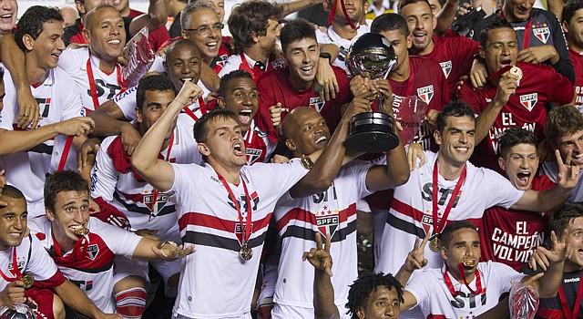 Los jugadores del Sao Paulo celebran el campeonato de la Copa Sudamericana tras ganar por 2-0 a Tigres de Argentina.