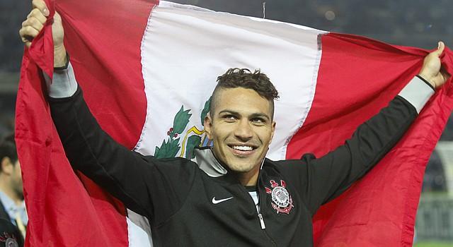 El goleador Paolo Guerrero, arropado con la bandera de su país Perú, fue convocado a la selección nacional para el amistoso frente a Trinidad y Tobago.