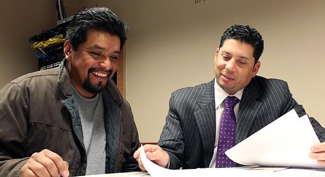 Mariano Claudio de Tucker & Associates (der.), explica a Alfredo Callejas detalles de su préstamo, el jueves 3 de enero.