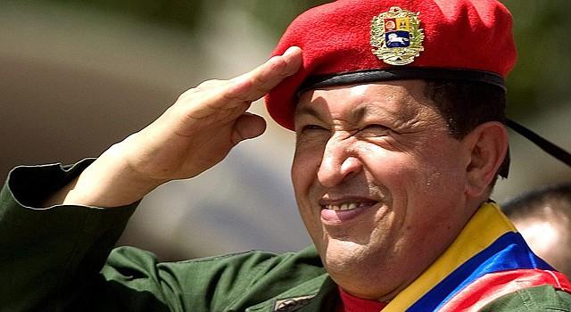 El presidente venezolano Hugo Chávez hace el saludo militar, el domingo 4 de febrero de 2007 en Caracas, Venezuela, durante el desfile cívico-militar conmemorativo del aniversario de la intentona golpista que lideró en 1992.