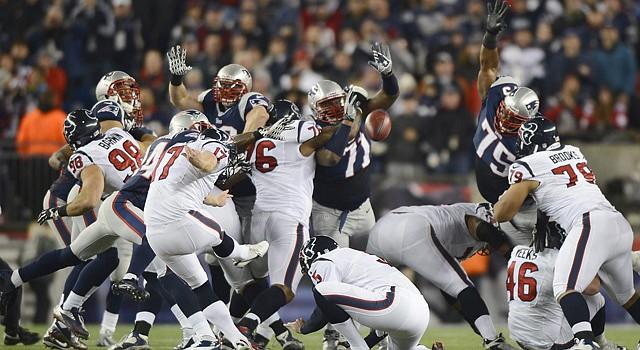 Acción de un partido de la postemporada de la campaña 2012-2013 de la NFL entre los Texas de Houston y los Patriots de Nueva Inglaterra en el Gillette Stadium de Foxborough, MA, el domingo 13 de enero.