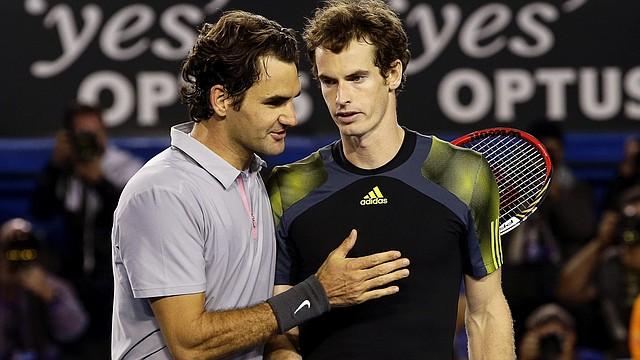 El suizo Roger Federer (izq.) felicita por su victoria al británico Andy Murray tras la semifinal del Abierto de Australia  en Melbourne, el viernes 25 de enero.