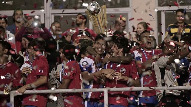 Los jugadores de la selección de Costa Rica festejan con el trofeo de la Copa Centroamericana luego de vencer a Honduras en la final realizada en San José, el domingo 27.
