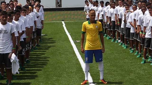 El jugador Neymar posa con el nuevo uniforme de la selección brasileña el jueves 31 de enero en Copacabana. Brasil enfrentará a Inglaterra en uno de los amistosos del miércoles 6.