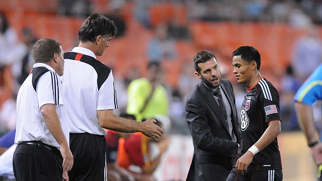 El técnico del D.C. United, Ben Olsen (2do. der.) saluda al hondureño Andy Najar durante un partido de la temporada 2012 en el estadio RFK.