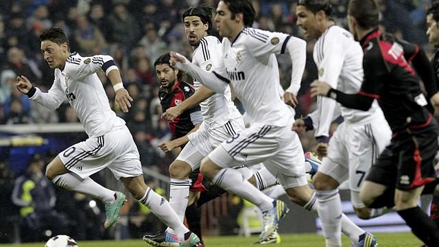 """Los jugadores del Real Madrid Mesut Ozil (izq.), Sami Khedira (2izq.), Ricardo Izecson """"Kaká"""" (3izq.) y Cristiano Ronaldo (4izq.) son parte del equipo que buscará una remontada mágica ante el Borussia."""