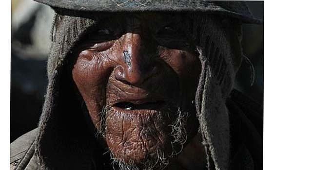 Carmelo Flores Laura, un indígena aymara, habla fuera de su casa en la aldea de Frasquia, en Bolivia. Si los registros públicos de Bolivia son correctos, Flores es el hombre vivo más longevo del mundo y el más viejo registrado en la historia. De acuerdo con los registros cumplió 123 años en julio. (AP foto/Juan Karita)