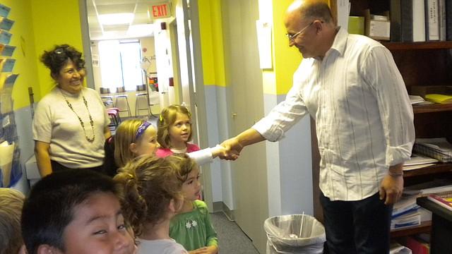 Raúl Echevarría, fundador de Communikids, saluda a los estudiantes del pre-escolar.