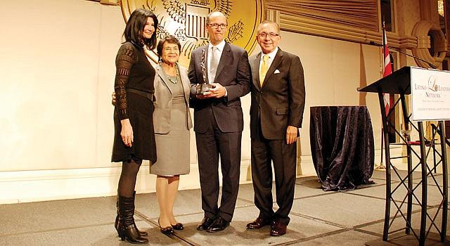 Dolores Huerta y Tom Pérez (centro) con Eskelsen García y Mickey Ibarra de Latino Leaders Network.
