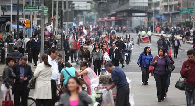 Miles caminan en las calles de Ciudad de México a mediados de septiembre de 2013 por el bloqueo de los maestros que se oponían a la reforma educativa.