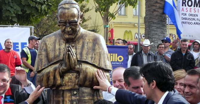 El Salvador: estatua de Monseñor Romero en L.A. y Funes indemniza a víctimas de la guerra