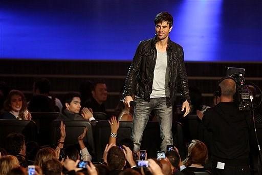 Enrique Iglesias anuncia los nominados al Grammy al mejor álbum del año durante un especial de TV transmitido en vivo desde el Teatro Nokia de Los Angeles, el viernes 6 de diciembre del 2013. (Foto por Matt Sayles/Invision/AP)