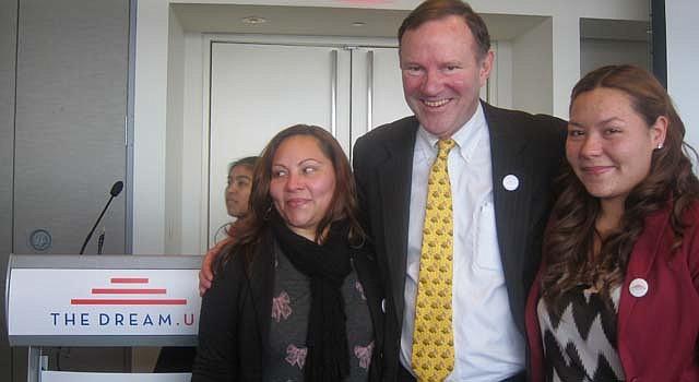 Donald Graham, ex propietario de The Washington Post y El Tiempo Latino, con la dreamer Marcy Suárez (der.) y su madre Jonaly Canal, el martes 4.
