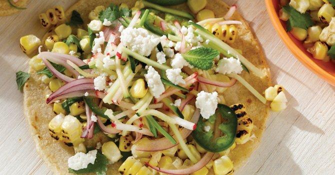Tacos de maíz asado con ensalada de  rábanos y calabacines
