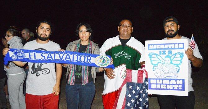 Refuerzan leyes migratorias manifestantes antiinmigrantes en Murrieta, tras la llegada de centroamericanos indocumentados