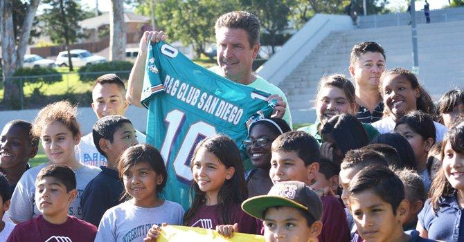 ¡Una grata visita! El legendario jugador Dan Marino  ofreció una clínica a niños de Boys & Girls Scouts