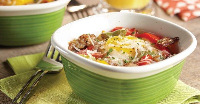 Huevos al horno con pimientos y salchicha para el desayuno