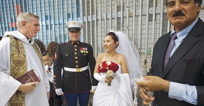 Se juraron amor eterno, una pareja se sobrepone a una deportación y se casan en el muro fronterizo entre SD y TJ