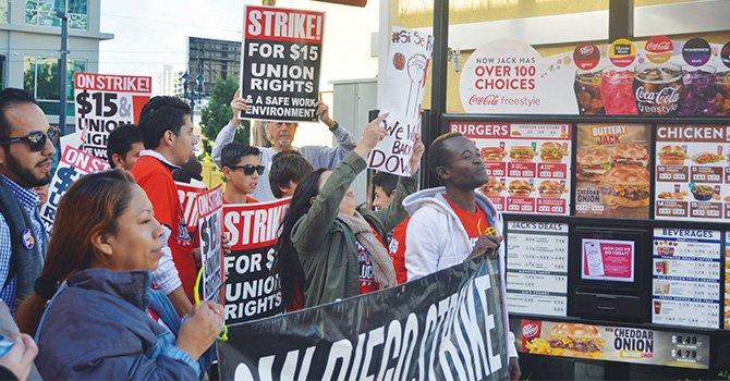 ¡Entrada rápida! de manifestantes, a una sucursal McDonald's; demandan $15 por hora