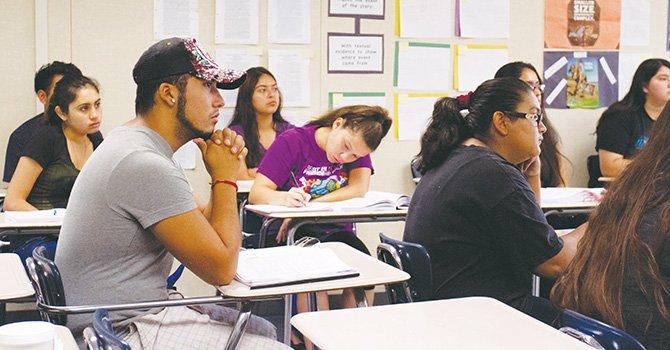 Más graduados latinos, aunque persiste la brecha entre grupos de escolares de minoría