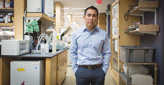 Por aportes a la cura del cáncer científico peruano recibe prestigioso premio que anualmente honra a inmigrantes destacados