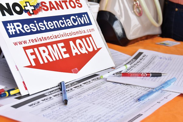 Recogen firmas en contra de Santos