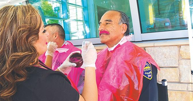 Se tintaron los bigotes y barba de color rosado para concientizar sobre la importancia de la mamografía