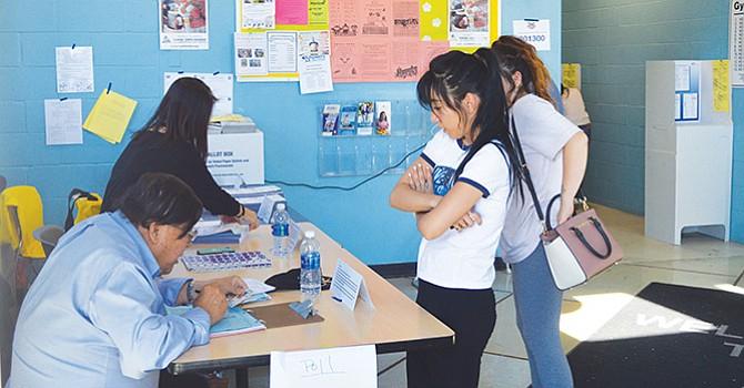 Celebran aprobación; maestros, de las Proposiciones 55 y 58, que favorecen la salud de los niños y la educación bilingüe en CA