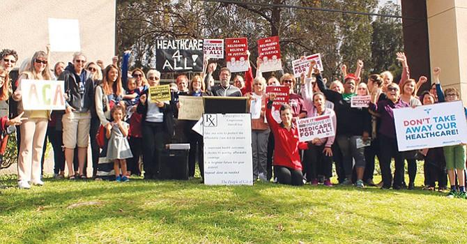 Defienden Ley de Salud, centenares de personas se manifiestan frente a las oficinas de congresista
