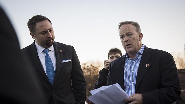 Sean Spicer (a la derecha) y Jason Miller, asesor principal del presidente electo Donald Trump, hablan con los medios de comunicación en la casa club del Trump National Golf Club Bedminster, en Bedminster Township, Nueva Jersey, el 19 de noviembre de 2016.