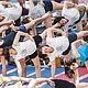 Practicantes de yoga realizan una clase pública para enseñar a combatir el estrés con esta actividad. EFE/Archivo