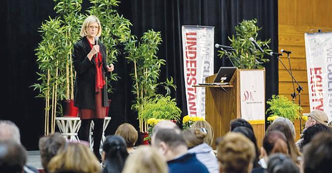 Da la Bienvenida, la nueva Presidenta de Southwestern College a los integrantes de la comunidad escolar