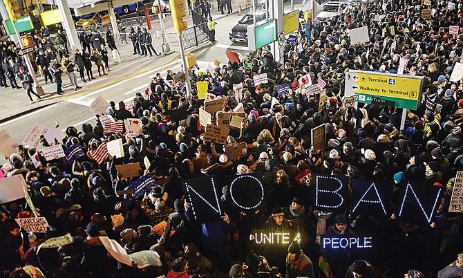 Demócratas y manifestantes plantan cara a Trump y reclaman que revoque la orden migratoria