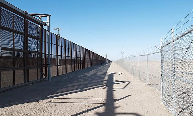 """El presidente, Donald Trump, dijo que el muro que ha prometido construir en la frontera con México """"está siendo diseñado ahora mismo"""""""