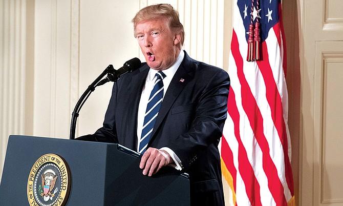 """El presidente de Estados Unidos Donald Trump compromete su """"fuerte apoyo"""" a los """"desafíos de seguridad"""" de la OTAN y da un paso atrás a sus declaraciones"""
