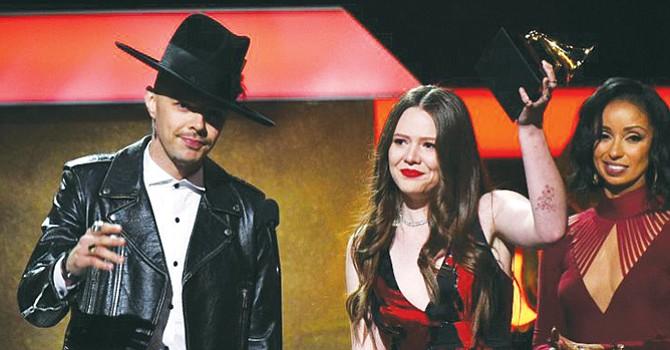 Jesse & Joy muestra apoyo a los inmigrantes en la 59 entrega de los Grammys
