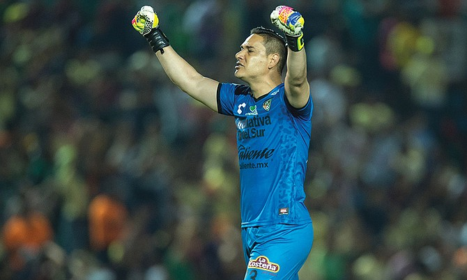 El portero Moisés Muñoz no solo previene goles, muchas veces ha batido la meta contraria, y ahora quiere hacerlo en los tiros libres