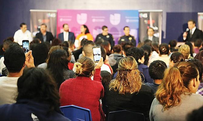 La escuela YES Prep Gulfton recibió a cientos de inmigrantes en un foro comunitario que busca respuestas a las políticas inmigratorias de Trump