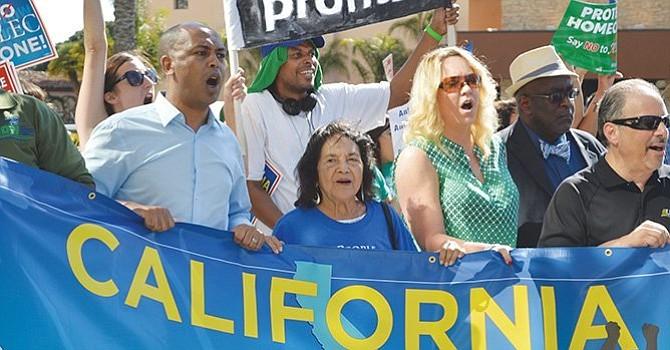 Defiende a Maestros, Dolores Huerta, durante una Conferencia de Prensa, en la ciudad de Los Ángeles