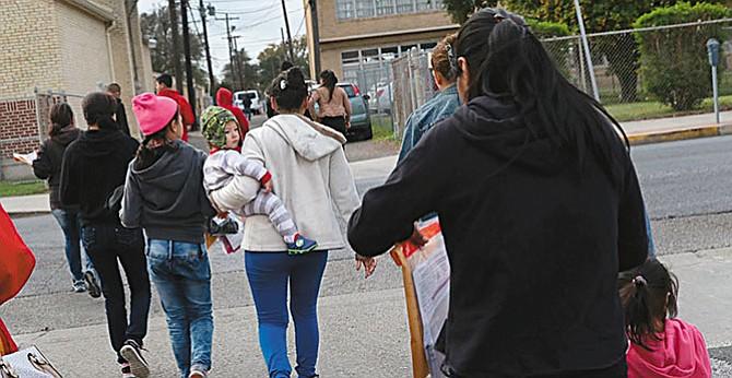 En caso de deportación: Indocumentados protegen a sus hijos haciendo cartas de custodia