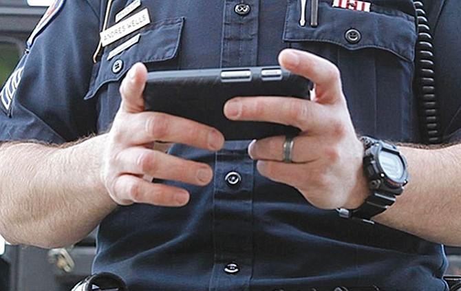 Agentes fronterizos revisan celulares de los viajeros