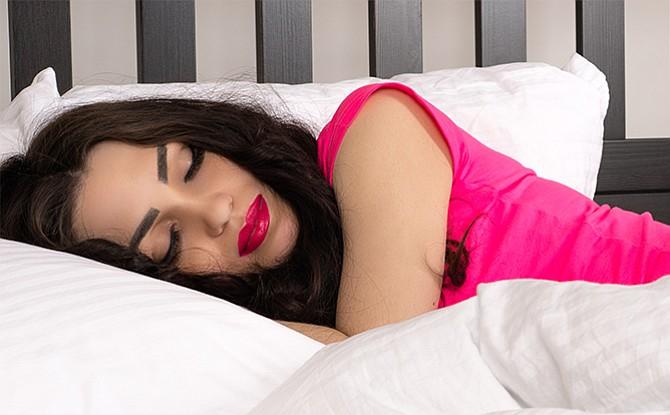 Dormir maquillada puede envejecer tu rostro
