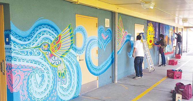 Artista plástico empieza gran mural en Perkins Elementary, también ofrecerá clases de arte gratis a estudiantes