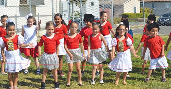 Honran diversidad maestros, niños y padres de familia de la escuela primaria de CVLCCS