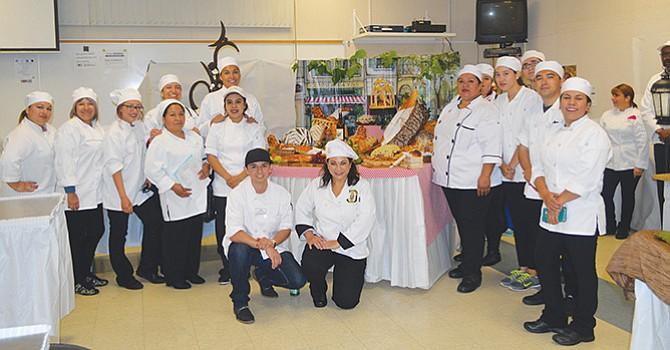 Enseñan secretos de la panadería y repostería, a alumnos de San Ysidro Adult School